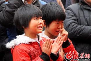 双胞胎姐妹心疼爸爸妈妈接吻太辛苦,一边哭,一边为爸爸妈妈加油-...