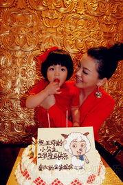 色撸撸淫姨- 在生日会上,王诗龄身着红色旗袍超萌亮相.眼睛大大、皮肤白皙的王...