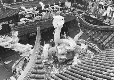 2013豫园新春民俗艺术灯会生肖蛇主题灯组安装完成,昨天亮相中心广...