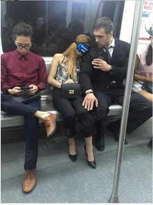 美女地铁戴眼罩睡觉,外国帅哥秒变 闹钟