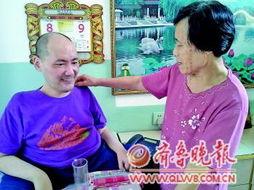 ...岁母亲守护瘫儿40年 曾经背子寻医20多年