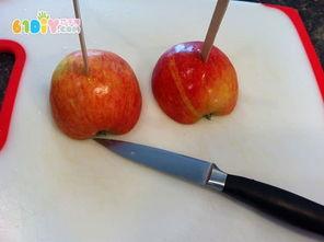 把苹果切半用雪糕棒插好-儿童创意制作苹果印感恩卡