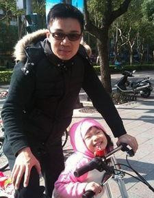 钧1月23日在微博发图,自曝骑车送大女儿许俏妞上学照.照片上,父...