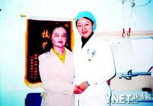 朝鲜女兵护标语树被烧伤 北京整容表现坚强