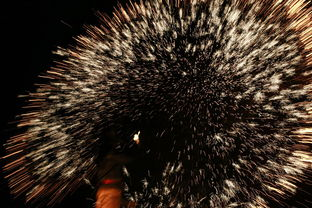 万千火花,噼噼啪啪之声不绝于耳,气势磅礴,令人叹为观止.暖泉镇...