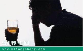 借酒消愁愁更愁,男子连喝两天闷酒吐血不止,安慰医生说 没事