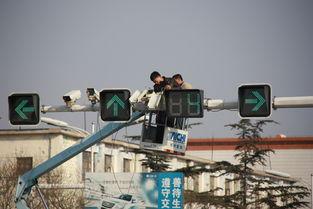 """...道与通海路交叉路口红绿灯监控摄像头,确保违规驾驶行为""""尽收眼..."""