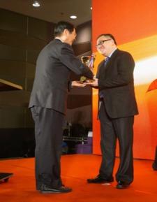 SM中国区总部首席执行官杨祈代表SM领奖-SM控股公司再获 东盟走进...