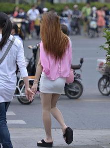 街拍白色超短裙紧身翘臀美少女,薄丝袜人字拖真性感