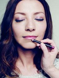 古罗马肉笔-眼神更突出因为眼妆已经很明亮了,所以唇部化妆师只用了肉粉色的唇...