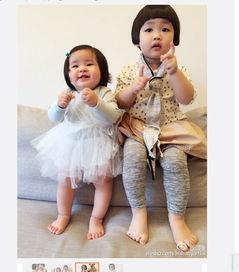 阿雅微博截图-阿雅女儿见表姐开心甜笑 主动将脸贴向对方 组图