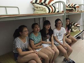 ...波大红鹰学院大学生实践团的志愿者(中)与夏令营孩子们一起在集...