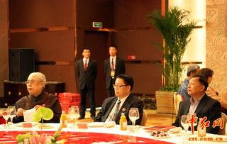 ...左)、萧军之子萧鸣(中)、全国红办副主任胡呈军(右)在论坛现...