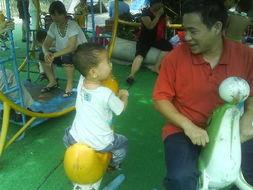 爸爸工作比较忙.可是爸爸一有时间就会带我去公园玩,陪我玩各种...