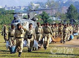 ...10月13日,巴基斯坦军人将救援物资分送到灾区.-南亚地震 美英大...