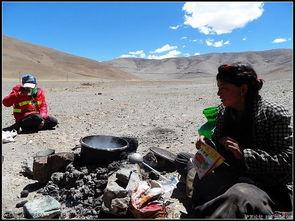 红尘路途-真是乐呵呵啊   戴黄色安全帽的藏族兄弟略通汉语   在他的辅助翻译下   ...