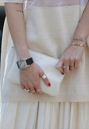 复古夸张的戒指排排戴显示出来的是主人的闷骚内心和土豪气概,图中...