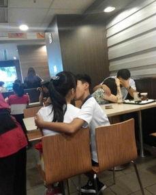 母亲和男子公园活春官视频实拍,学生电梯情侣不雅视频内演活春 2
