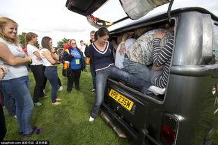 ...斯特郡莫尔文,公车节(Busfest)期间,当地民众试图尝试挤进一...