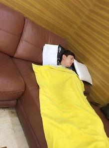 拍何炅(微博)睡觉的谢娜(微博)这次变成了螳螂,身后的杜海涛(...