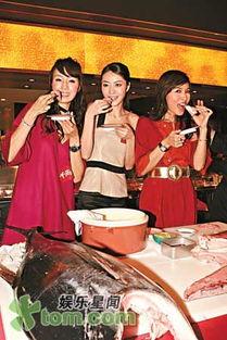1月1日)出席寿司店开张的活动,老板伍伟国也有出席.最近有杂志拍...