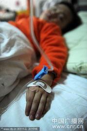 孩子扎着吊针的小手(图片来源:CNR/CFP)-安徽涡阳多名儿童疑因...