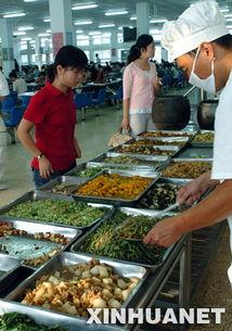 ...6日,河南大学学生在校园内的学生食堂选菜. 面对市场副食品价...