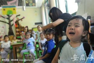 我也很不适应,心里空落落的.』一位母亲看到孩子哇哇大哭,也流下...