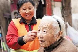 两家庭奶奶乱情-...琴左在院子里跟老奶奶聊天,帮她整理衣装.-房客变 奶奶 幸福成一家