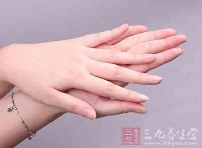 73岁的刘老爹患糖尿病近10年,由于年纪大眼睛看不清楚,在一次剪脚...
