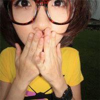 戴眼镜框的QQ女生头像 可爱彩色眼镜框头像图片