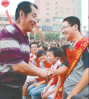 陕西农民企业家七年资助上百名大学生
