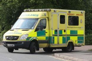 据英国《镜报》10月4日报道,英国一辆救护车在载着病人前往医院的...
