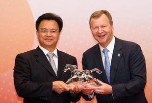 ...纪念品给广州市市长万庆良 (左).-香港马会支持广州亚运会 承诺...