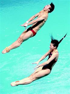 何姿和搭档陈艾森-混双跳水国内初次登场 选手失误不断观众仍点赞