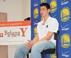 ...分享自己的成长历程.(美国《世界日报》/刘庠摄影)-NBA首位华...