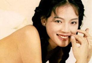 ,舒淇从台湾到香港发展,被王晶发掘,出演《红火丁区》、《玉蒲团...