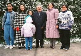 ...27日,邓小平同志在上海住地和家人合影.小孙子别出心裁,背过...