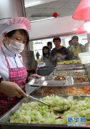 ...范大学闵行校区学生食堂的工作人员为学生打饭.新华社记者 -每日...