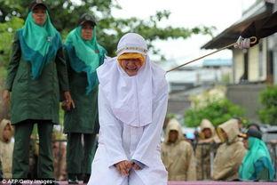 新加坡鞭刑女人视频,印尼 未婚情侣因亲密行为被当众实施鞭刑 组图 ...