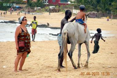 39.过一会小男孩就张罗下马了.   ... 这匹马的马眼还佩戴着遮挡阳光的...
