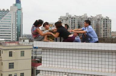 ...的霞山公安分局局长江浩明、副局长梁沛等飞速扑了过去,你抓住...