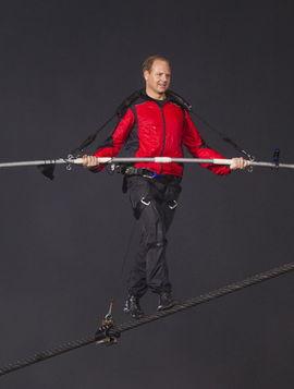 ...上的高空钢丝上成功跨越,成为自1896年以来跨越尼亚加拉大瀑布的...