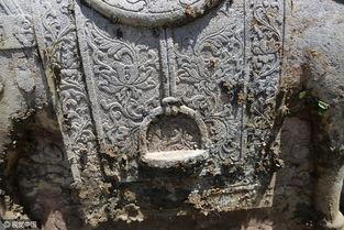 ...就开始挖掘,这六尊石刻都是用挖掘机从墓地里吊上来的,其中最...