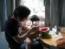 杭州版 小鬼当家 20个月大的小女孩爬出4楼阳台