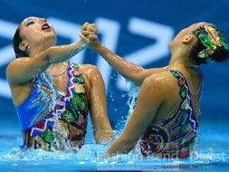 17. 韩国花游队Hyunha Park 和 Hynsun Park的泳装可谓是色彩运用上...