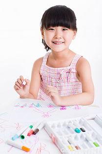可爱的小女孩画画