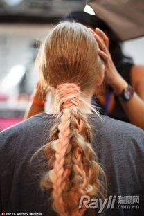 上,将发辫束在一起,配以渐变发色,气场与创意感同步到位.