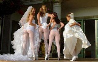 新娘伴娘穿婚纱齐露美臀合照风靡美国