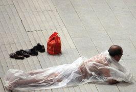 杨小姐身边时,男子将手握在男性生殖器官上.杨小姐用手机视频记录...
